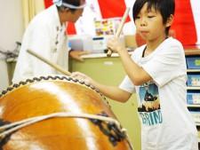 交流イベントを和太鼓で盛り上げる男の子