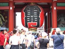 観光客でにぎわう浅草寺
