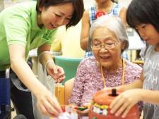 児童と老人の交流も活発に行われています