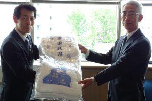 北島会長から野田沢副理事長へ手渡されました!