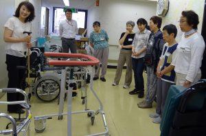 車椅子などの種類、操作法を学びます
